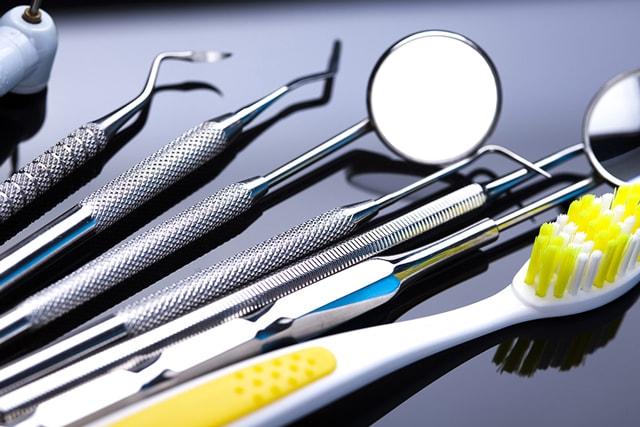 Quatro instrumentais odontológicos de limpeza dental que você deveria conhecer
